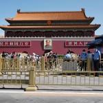 4日、北京・天安門広場を見張る警官(手前右)(AFP時事)