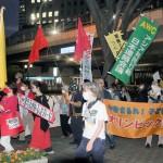 都庁前で行われた五輪開催反対デモ。「AWC」ののぼりも見えた=23日午後、東京都新宿区(川瀬裕也撮影)