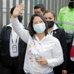 6日、ペルー大統領選の決選投票が行われたリマで手を振り、投票所を後にするフジモリ元大統領の長女ケイコ氏(AFP時事)