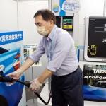 燃料電池自動車の水素充填をデモ体験する人=東京都江東区の水素情報館・東京スイソミル(石井孝秀撮影)