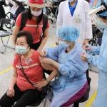 15日、台北の病院で、日本から台湾に無償供与された新型コロナウイルスワクチンの接種を受ける高齢者(手前左)(台北栄民総合病院提供・時事)