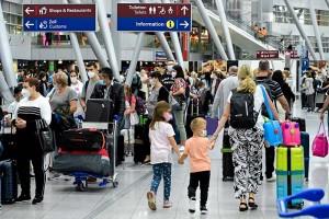 夏季休暇シーズンが始まり、空港で列をつくる人々=2日、独デュッセルドルフ(EPA時事)