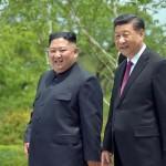 北朝鮮の金正恩朝鮮労働党委員長(当時、左)と中国の習近平国家主席=2019年6月、平壌(AFP時事)