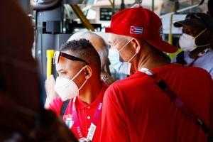 専用バスで移動するキューバのジャーナリスト=20日、東京都内(AFP時事)