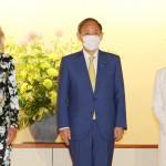 ジル・バイデン米大統領夫人(左)との懇談に臨む菅義偉首相(中央)と真理子夫人=22日午後、東京都港区の迎賓館(代表撮影)