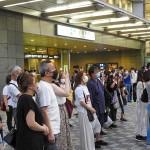 演説に耳を傾ける有権者ら=6月27日、東京都目黒区