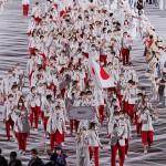 開会式で入場行進する日本選手団。右手前は旗手の八村塁=23日、国立競技場