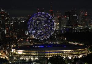 開会式が行われた国立競技場の上空に浮かび上がったドローン=23日、都内
