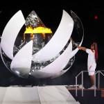 開会式で聖火台に点火する大坂なおみ=23日、国立競技場