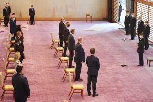 天皇陛下は東京五輪開会式を前に、各国首脳らと面会し、あいさつされた(左上端は国際オリンピック委員会のバッハ会長)=23日午後、皇居・宮殿「春秋の間」(代表撮影)