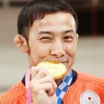柔道男子60キロ級で金メダルを獲得し、笑顔の高藤直寿=24日、日本武道館