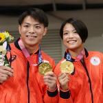 きょうだいで金メダルを獲得した柔道男子66キロ級の阿部一二三(左)と女子52キロ級の阿部詩=25日、日本武道館