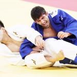 柔道男子73キロ級決勝で金メダルを獲得した大野将平(左)=26日、日本武道