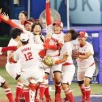 ソフトボール決勝で米国を破って金メダルを獲得し、喜ぶ上野(右から3人目)ら日本の選手=27日、横浜スタジアム
