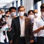 新型コロナウイルス感染症の専門家らでつくる基本的対処方針分科会を終え、会場を後にする尾身茂会長(中央)=30日午前、東京都千代田区