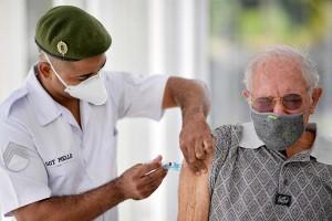 ブラジルで2回目の英アストラゼネカ製ワクチンを接種する高齢者=5月1日、ミナスジェライス州ベロオリゾンテ(AFP時事)