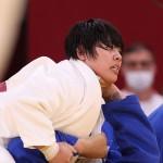 柔道女子78㌔超級準々決勝で勝利した素根輝選手(上)=30日、日本武道館