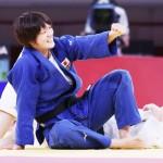 女子70キロ級で金メダルを獲得した新井千鶴(手前)=28日、日本武道館(dpa時事)
