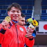 金メダルを手に笑顔を見せる阿部一二三選手 =25日午後、東京・日本武道館