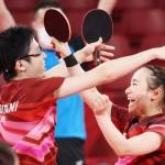卓球混合ダブルス決勝で金メダルを獲得し、喜ぶ水谷隼(左)と伊藤美誠=26日、東京体育館