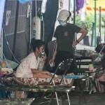 一晩で63人が死亡したインドネシアのサルシド記念病院の駐車場に設けられたテントで酸素を吸引する患者=14日、ジョクジャカルタ特別州(時事)