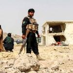 6日、アフガニスタン南部カンダハルで、自動車爆弾の爆発現場を調べる治安部隊員ら(EPA時事)