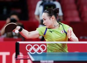 卓球女子シングルス準決勝で中国選手と対戦する伊藤美誠選手=29日、東京体育館