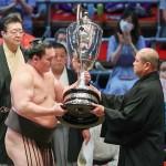 全勝優勝を果たし、日本相撲協会の八角理事長(右)から賜杯を受け取る白鵬=18日、愛知・ドルフィンズアリーナ