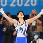 体操の男子個人総合決勝、鉄棒の演技を終え、ガッツポーズの橋本大輝=28日、有明体操競技場