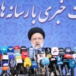21日、テヘランで、イラン大統領選に当選後、初めて記者会見するライシ次期大統領(AFP時事)