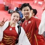 バドミントン混合ダブルス3位決定戦で銅メダルを獲得し、笑顔の渡辺勇大(右)、東野有紗両選手ペア-30日、武蔵野の森総合スポーツプラザ