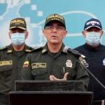 南米コロンビアのバルガス国家警察長官(中央)=15日、ボゴタ(EPA時事)