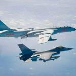 中国軍の爆撃機「轟6」(上)と台湾軍の戦闘機F16=台湾上空、2月10日に台湾国防部が公表(AFP時事)