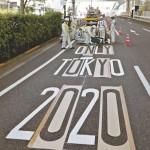 19日から交通規制が始まるため、設置工事が行われる東京五輪・パラリンピック専用レーンの路面標示=18日午前、東京都江東区