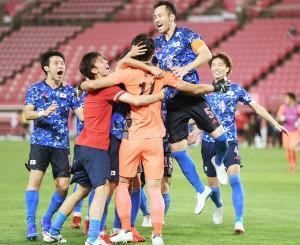 サッカー男子4強に。ニュージーランドとのPK戦を制して準決勝進出を決め、喜ぶ吉田(右から2人目)ら=31日、茨城・カシマスタジアム