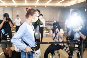 4日、成田空港で搭乗口へ向かうベラルーシのクリスツィナ・ツィマノウスカヤ選手(AFP時事)
