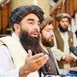 17日、カブールで記者会見する、アフガンのイスラム主義組織タリバンの広報担当者(AFP時事)