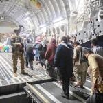 アフガニスタンから脱出するため米軍機に乗り込む人々=22日、カブール(米軍提供)(EPA時事)