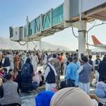 16日、国外退避を求めるアフガン人らであふれるカブールの空港(AFP時事)