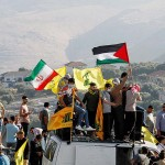イスラエル国境に近いレバノン南部で、イスラエルに抗議するイスラム教シーア派組織ヒズボラの支持者ら=5月14日(AFP時事)