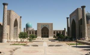 ウズベキスタンの古都サマルカンドの観光名所レギスタン広場