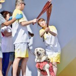 「聖火フェスティバル」でトーチキスを行う聖火ランナーたち= 18日、千葉県千葉市(森啓造撮影)
