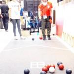 パラスポーツのボッチャを体験できるコーナーでボールを投げる男性= 19日、東京都中央区(石井孝秀撮影)