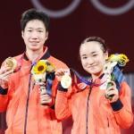 球混合ダブルス決勝で中国を破り金メダルに輝いた水谷隼選手と伊藤美誠選手(時事)