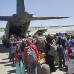韓国軍輸送機への搭乗を待つアフガニスタン人協力者とその家族=25日、カブール(韓国空軍提供・時事)