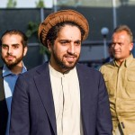 アフガニスタンの旧タリバン政権と戦った故マスード司令官の息子、アフマド氏(中央)=2019年8月、カブール(AFP時事)