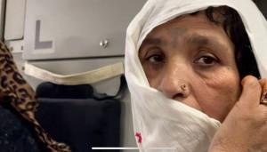 カブールの国際空港に避難するアフガニスタン女性=2021年8月26日(UPI)