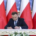 行政手続き改正法案に署名するポーランドのアンジェイ・ドゥダ大統領(ポーランド大統領府公式サイトから、2021年8月14日)
