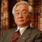 益川敏英氏。2008年12月7日、スウェーデン王立科学アカデミーにて=Wikipedia(益川敏英)より