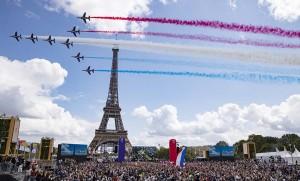8日、次期夏季開五輪開催地のパリで、東京五輪閉会式に合わせて行われた曲芸飛行と集まった人々(EPA時事)